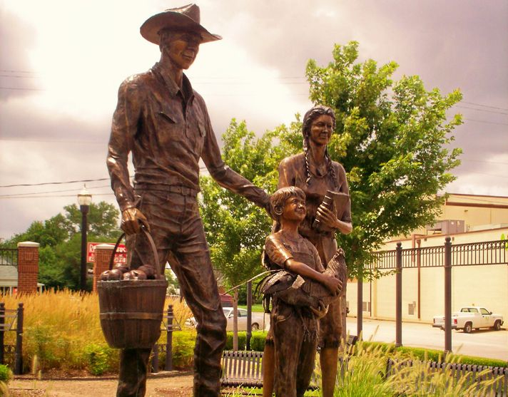 Statue_downtown_Broken_Arrow_Oklahoma(1)-min